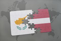 confunda com a bandeira nacional de Chipre e de latvia em um fundo do mapa do mundo Imagens de Stock