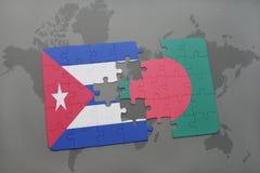 confunda com a bandeira nacional de Cuba e de bangladesh em um fundo do mapa do mundo Fotografia de Stock Royalty Free