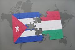 confunda com a bandeira nacional de Cuba e de Hungria em um fundo do mapa do mundo Imagens de Stock