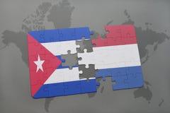 confunda com a bandeira nacional de Cuba e de Países Baixos em um fundo do mapa do mundo Imagens de Stock Royalty Free