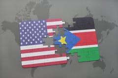 confunda com a bandeira nacional de Estados Unidos da América e de Sudão sul em um fundo do mapa do mundo Fotografia de Stock Royalty Free
