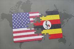 confunda com a bandeira nacional de Estados Unidos da América e de uganda em um fundo do mapa do mundo Fotografia de Stock