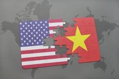confunda com a bandeira nacional de Estados Unidos da América e de Vietnam em um fundo do mapa do mundo fotografia de stock