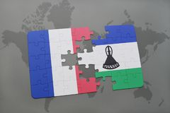 confunda com a bandeira nacional de france e de lesotho em um fundo do mapa do mundo Imagens de Stock