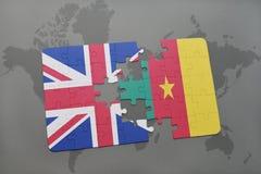 confunda com a bandeira nacional de Grâ Bretanha e de República dos Camarões em um fundo do mapa do mundo Fotografia de Stock Royalty Free