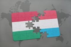 confunda com a bandeira nacional de Hungria e de luxembourg em um fundo do mapa do mundo Fotos de Stock