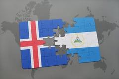 confunda com a bandeira nacional de Islândia e de Nicarágua em um mapa do mundo Fotografia de Stock