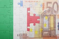 Confunda com a bandeira nacional de Italia e da euro- cédula fotografia de stock