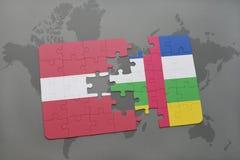 confunda com a bandeira nacional de latvia e de Central African Republic em um mapa do mundo Imagem de Stock Royalty Free