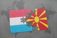 confunda com a bandeira nacional de luxembourg e de Macedônia em um fundo do mapa do mundo Fotos de Stock