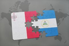 confunda com a bandeira nacional de malta e de Nicarágua em um mapa do mundo Imagens de Stock