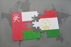 confunda com a bandeira nacional de oman e de tajikistan em um fundo do mapa do mundo Fotografia de Stock