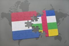 confunda com a bandeira nacional de Países Baixos e de Central African Republic em um fundo do mapa do mundo Imagens de Stock Royalty Free