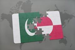 confunda com a bandeira nacional de Paquistão e de greenland em um fundo do mapa do mundo Foto de Stock