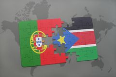 confunda com a bandeira nacional de Portugal e de Sudão sul em um fundo do mapa do mundo Imagens de Stock Royalty Free