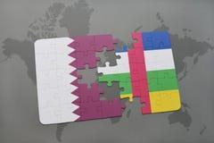 confunda com a bandeira nacional de qatar e de Central African Republic em um fundo do mapa do mundo Fotos de Stock