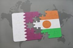 confunda com a bandeira nacional de qatar e de niger em um fundo do mapa do mundo Fotografia de Stock Royalty Free