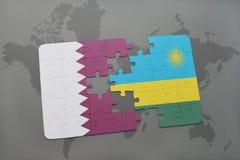 confunda com a bandeira nacional de qatar e de rwanda em um fundo do mapa do mundo Imagens de Stock