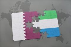 confunda com a bandeira nacional de qatar e de Sierra Leão em um fundo do mapa do mundo Fotografia de Stock Royalty Free