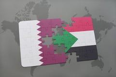 confunda com a bandeira nacional de qatar e de Sudão em um fundo do mapa do mundo Imagens de Stock Royalty Free