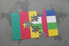 confunda com a bandeira nacional de República dos Camarões e de Central African Republic em um mapa do mundo Imagem de Stock Royalty Free