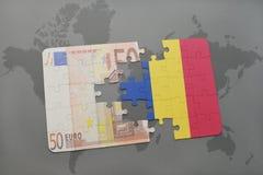 confunda com a bandeira nacional de romania e da euro- cédula em um fundo do mapa do mundo ilustração stock