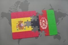 confunda com a bandeira nacional de spain e de Afeganistão em um fundo do mapa do mundo Fotografia de Stock
