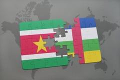 confunda com a bandeira nacional de suriname e de Central African Republic em um mapa do mundo Fotografia de Stock