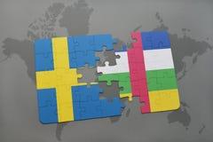 confunda com a bandeira nacional de sweden e de Central African Republic em um fundo do mapa do mundo Imagens de Stock
