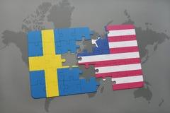 confunda com a bandeira nacional de sweden e de liberia em um fundo do mapa do mundo Foto de Stock Royalty Free