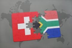 confunda com a bandeira nacional de switzerland e de África do Sul em um fundo do mapa do mundo Fotografia de Stock Royalty Free
