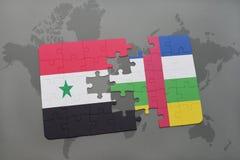 confunda com a bandeira nacional de syria e de Central African Republic em um mapa do mundo Fotografia de Stock Royalty Free