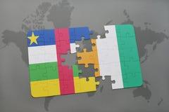 confunda com a bandeira nacional do divoire de Central African Republic e de costa em um mapa do mundo Fotografia de Stock Royalty Free