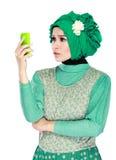 Confunda ou chocou a expressão ao olhar ao telefone celular Fotos de Stock
