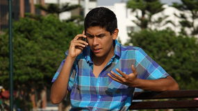Confundido durante llamada de teléfono Foto de archivo