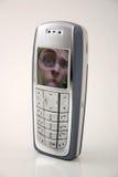 Confundido pela tecnologia/telemóvel engraçado (telefone de pilha do retrato) Imagens de Stock Royalty Free