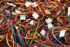 Confusão colorida de fios e de conectores dos cabos imagem de stock royalty free