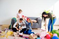 Confusão da limpeza da mãe em casa imagens de stock