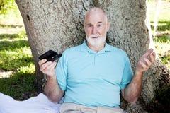 Confus aîné par Texting Photographie stock libre de droits