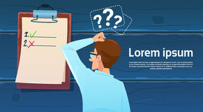 Confused бизнесмен стоя назад смотрящ вопросительный знак контрольного списка думает решение проблемы иллюстрация вектора