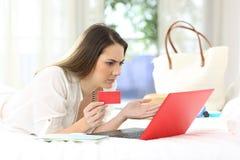 Confused гость гостиницы пробуя оплатить онлайн стоковое фото
