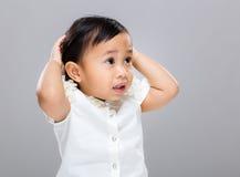 Confused младенец смешанной гонки стоковое изображение