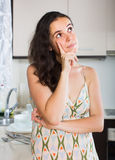 Confused домохозяйка думая что подготовить для обедающего Стоковое Фото