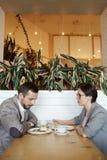 Confused пары на обеде в кафе Стоковое Фото