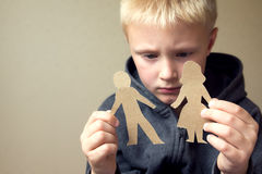 Confused ребенок с бумажными родителями Стоковое фото RF