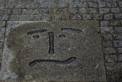 Confused сторона smiley высекаенная в камне стоковые фотографии rf