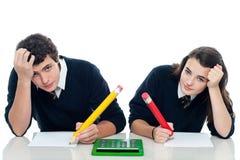 Confused студенты держа их головки Стоковое Изображение