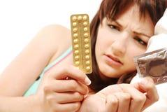 confused det att använda preventivmedelkvinna Royaltyfria Bilder