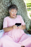 confused hög texting kvinna Royaltyfria Bilder