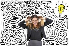 Confusión y tensión Laberinto y bulbo Alcance la solución Mujer de negocios subrayada tirando de su pelo foto de archivo